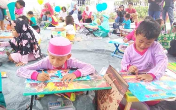 anak - anak asyik mengikuti lomba mewarnai yang dihelat BPOM Kalteng dalam rangkaian Germas Sapa, Minggu.