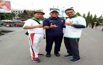 Daryana (kiri foto bersama dengan Ketua Umum PP Pemuda Muhammadiyah Dahnil Anzar Simanjuntak dan Rizky Mahendra (kanan) di Bundaran Besar, Palangka Raya, Minggu (26/11/2017)