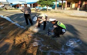Anggota Polres Gunung Mas saat olah TKP di lokasi kecelakaan, Minggu (26/11/2017)
