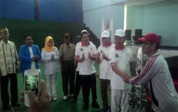 Bupati Kapuas Ben Brahim S Bahat menyerahkan piala kepada juara Porkab