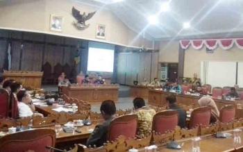 Rapat kompilasi DPRD Kotim dengan Tim Anggaran Pemerintah Daerah, Senin (27/11/2017).