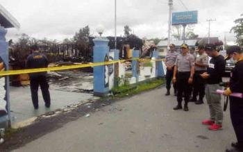 Kapolres Kapuas AKBP Sachroni Anwar dan WakaPolres Kompol Widiardi di eks Mako Polres Kapuas yang terbakar, Senin (27/11/2017).