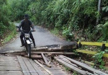 Jembatan di Desa Olung Nango, Kecamatan Tanah Siang, Kabupaten Murung Raya, terancam ambruk.