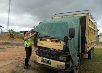 Anggota Satlantas Polres Gunung Mas menunjukan truk yang terlibat kecelakaan lalu lintas, beberapa hari lalu.