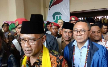 Ketum Pimpinan Pusat Muhammadiyah Haidar Nasir didampingi Ketua MPR RI Zulkifli Hasan saat memberikan keterangan kepada wartawan di Palangka Raya, Senin (27/11/2017).
