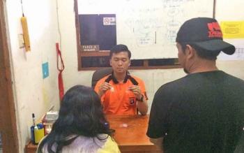 Kasat Narkoba Polres Kotim AKP Yonals Nata Putra saat memeriksa kedua tersangka pengedar sabu.