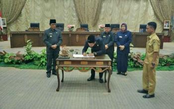 Bupati Barito Utara, Nadalsyah menandatangani nota kesepakatan bersama Raperda APBD 2018