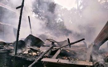 Rumah milik warga Desa Teluk Nyatu, Kecamatan Kurun, Kabupaten Gunung Mas terbakar, Senin (27/11/2017)