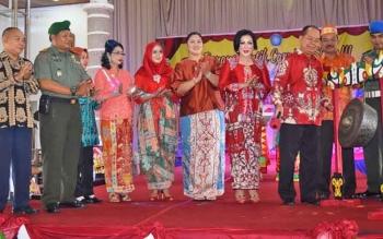 Bupati Kapuas Ben Brahim S Bahat saat membuka Kapuas Benang Bintik Carnival Show III di Aula Kantor Bupati Kapuas, Senin (27/11/2017).
