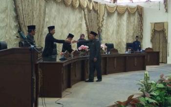 Juru Bicara Fraksi PPP, H Abri berjabat tangan dengan Bupati Nadalsyah seusai menyampaikan pendapat akhir fraksi