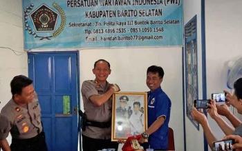 Kapolres Barsel ABP Yussak Angga menerima cindera mata dari Ketua PWI Barsel, Hamdan
