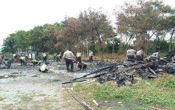 Anggota TNI-Polri bahu membahu membersihkan puing kebakaran di Panti Asuhan Ayah Bunda, Palangka Raya, Senin (27/11/2017)