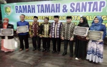 Walikota Palangka Raya Riban Satia bersama Dewan Syariah foto dengan para siswa yang menerima penghargaan