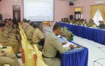 ASN di lingkungan Pemkab Sukamara saat mengikuti rapat. Masyarakat Sukamara diminta untuk mematuhi ketentuan jam operasional membuang sampah.
