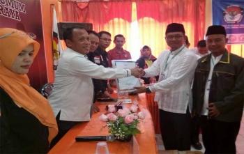 Ketua KPU Kota Palangka Raya, Eko Riadi (kiri) menerima berkas dokumen dukungan dari pasangan bakal calon perseorangan Rizky Mahendra-Daryana, Selasa (28/11/2017) pukul 10.00 WIB