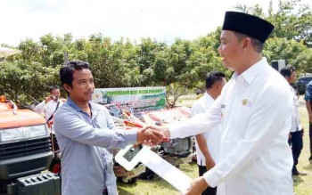 Petani yang menerima bantuan alat pertanian.