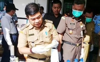 Bupati Bartim Ampera AY Mebas dan Kajari Sukarna musnahkan barang bukti zenit dan sabu, Senin (27/11/2017).