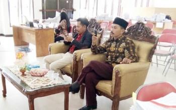 Bakal calon bupati dan wakil bupati Lamandau, Supriyadi-Wahyudi, saat menunggu proses administrasi seusai menyerahkan berkas syarat dukungan, di Aula kantor KPU Lamandau, Selasa (28/11/2017).