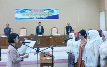 Ketua Kaukus Perempuan Parlemen Provinsi Kalteng Andina Teresia Narang melantik pengurus kaukus parlemen Katingan, Selasa (28/11/2017)