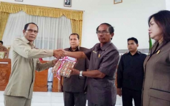 Bupati Gunung Mas Arton S Dohong (kiri) menyerahkan draf rancangan APBD 2018 ke Ketua DPRD Gumer, Selasa (28/11/2017).