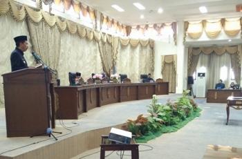 Bupati Barito Utara Nadalsyah saat menyampaikan pendapatnya setelah RAPBD disetujui lima fraksi pendukung DPRD, beberapa waktu lalu.