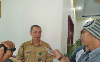 Ketua Tim Sinkronisasi dan Validasi Izin Lokasi dan IUP bentukan Pemkab Kotawaringin Barat, Kamaludin, memberikan keterangan kepada wartawan seusai rapat di kantor bupati Kobar, Selasa (28/11/2017).