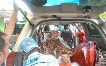 Korban tersengkat listrik saat dimasukan ke dalam ambulance untuk dirujuk ke RSUD Doris Sylvanus Palangka Raya, Selasa (28/11/2017)