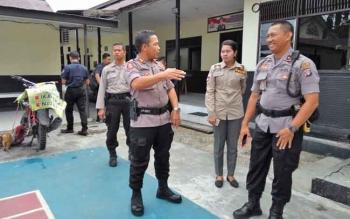 Kapolres Palangka Raya AKBP Timbul Siregar bersama Wakapolres mengecek tempat pelayanan, Selasa (28/11/2017)