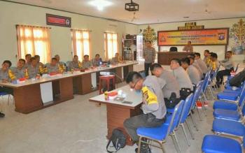 Kabag Ops Polres Barito Utara Kompol Yudhapatie SIK saat memimpin sosialisasi Pilkada 2018