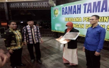 Rektor IAIN Palangka Raya DR Ibnu Elmi AS Pelu (kiri) bersama Walikota Palangka Raya Riban Satia seusai menyerahkan piagam penghargaan kepada mahasiswa, Senin (27/11/2017) malam