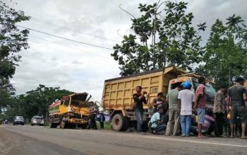 Sejumlah masyarakat saat melihat kondisi truk yang terlibat kecelakaan beruntun di Jalan Kapten Mulyono, Selasa (28/11/2017) sore.