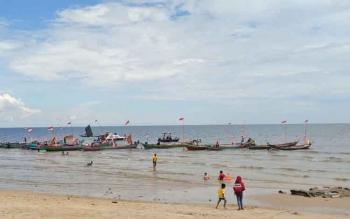 Sejumlah kapal nelayan saat bersandar di tepi pantai.