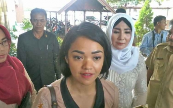 Ketua Kaukus Perempuan Parlemen Kalteng, Andina Teresia Narang didampingi Ketua Kaukus Perempuan Parlemen Katingan Endang Susilawatie memberikan keterangan kepada wartawan
