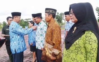 Plt Sekda Sukamara Sutrisno memasangkan lencana pengabdian kepada sejumlah anggota Korpri, Rabu (29/11/2017).