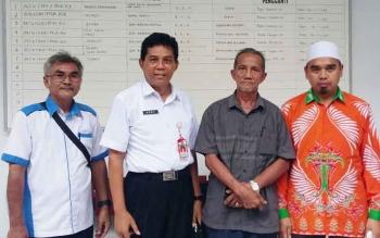 Kepala DPMPD Kabupaten Kotim Redy Setiawan (dua dari kiri) bersama pihak tergugat Pilkades.