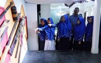 Para pelajar mengunjungi Museum Balanga, Kota Palangka Raya, dipandu petugas museum, Rubi Waluyo, Rabu (29/11/2017).