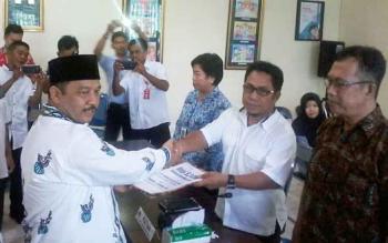 Bakal calon bupati Katingan Fahmi Fauzi didampingi calon wakilnya, Maspek J Garang, menyerahkan dokumen syarat dukungan pencalonan ke KPU, Rabu (29/11/2017).