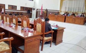 Juru bicara Fraksi PDIP Lily Rusnikasi menyampaikan pandangan umum fraksinya saat Rapat Paripurna di gedung DPRD Gunung Mas, Rabu (29/11/2017).