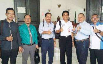 Kuasa hukum penggugat saat bersama Kepala DPMPD Kabupaten Kotim Redy Setiawan