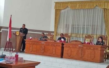Juru Bicara Fraksi Golkar Punding S Merang saat menyampaikan pandangan umum Fraksi Golkar pada rapat paripurna DPRD Gumas, Rabu (29/11/2017).
