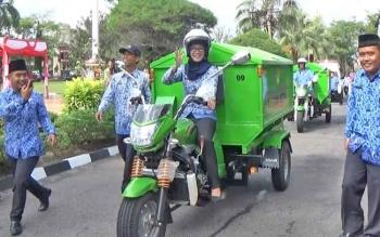 Lurah Mentawa Baru Hilir Maya Anisa saat mengendarai aramada roda tiga pengangkut sampah yang diberikan oleh pemerintah daerah, Rabu (29/11/2017).