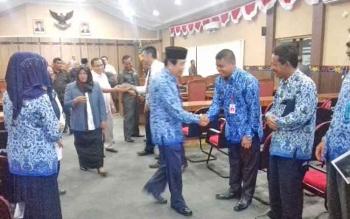 Para anggora DPRD Kotim bersalaman seusai rapat paripurna, Rabu (29/11/2017)