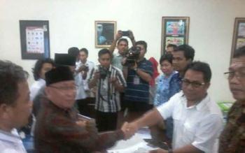 Pasangan Cornelis-Suryadi menyerahkan dokumen syarat dukungan calon kepada Ketua KPU Katingan, Rabu (29/11/2017)