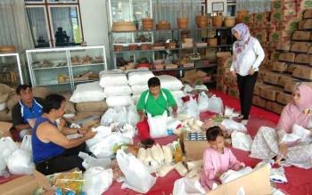 PAKET: Beberapa orang dari Bidang Perdagangan Disperindag Kabupaten Kapuas sedang menyiapkan paket sembako yang rencananya akan dibagi menjelang Hari Raya Natal di awal Desember 2017.