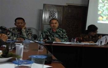 Ketua Badan Pengawas Pemilu (Bawaslu) Kalteng, Satriadi didampingi dua komisionernya membeberkan ke awak media, Rabu (29/11/2017)