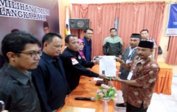 Ketua KPU Kota Palangka Raya, Eko Riadi (kiri) menerima dokumen dukungan yang diserahkan oleh pasangan Hernison-Tamliannor, Rabu (29/11/2017) pukul 21.30 WIB