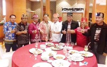 Ketua DAD Provinsi Kalteng, H Agustiar Sabran (baju putih) saat bersama pengurus DAD Kotim.