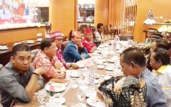 Pengurus DAD Kotim saat bersilaturahim dengan Ketua DAD Provinsi Kalteng H Agustiar Sabran.
