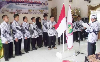 Drs H Ardiansyah saat dilantik menjadi ketua PGRI Barut oleh wakil ketua PGRI Kalimantan Tengah Suriansyah,