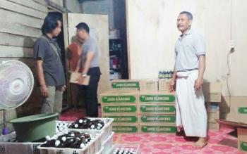 Walioboro (pakai sarung) tersangka pemilik pabrik jamu tanpa izin edar saat tempat usahanya digrebek anggota Polsek Pangkalan Banteng